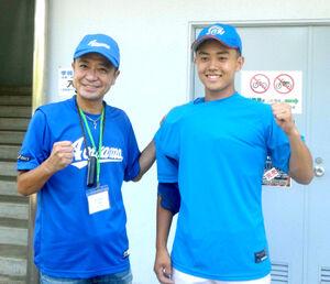 青山学院の4回戦進出を喜び合う中山脩悟投手と父の中山秀征さん