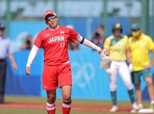 1回1死満塁、押し出し死球を与え厳しい表情を浮かべる上野由岐子(カメラ・相川 和寛)