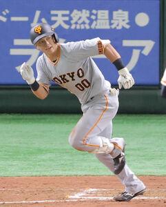 2死一、二塁、二岡軍・湯浅大は井納翔一から左線に適時二塁打を放つ