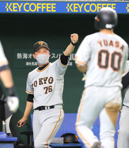 2回、松原聖弥の右前適時打で二塁から生還した湯浅大(右)をグータッチで迎える二岡智宏3軍監督