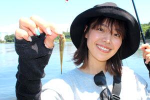 かわいいハゼを釣り上げ、笑顔のみらいちゃん(大井ふ頭中央海浜公園で)