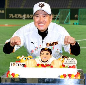 報道陣から贈られた誕生日ケーキを前にポーズをとる原監督(東京ドームホテル協力=カメラ・中島 傑)