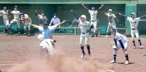 9回、逆転サヨナラ勝ちに喜ぶ米子松蔭ナイン(カメラ・義村 治子)