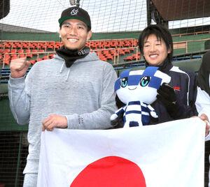 20年1月、自主トレを共にしたソフトバンク・千賀滉大(左)女子ソフトボール・上野由岐子