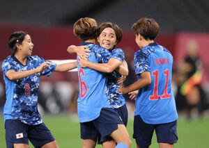 後半、同点ゴールを決め、仲間を抱き合う岩渕真奈(カメラ・石田 順平)