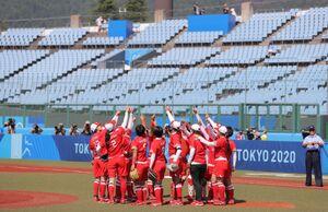 無観客のスタジアムで、円陣を組んで指を突き上げ試合に臨んだ日本チームの選手たち(カメラ・相川 和寛)
