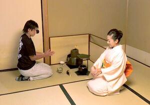 遠州茶道宗家・小堀宗翔さん(右)から茶道を教わる上野
