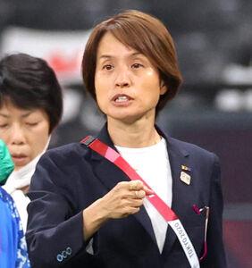 選手に声をかけて高倉麻子監督(カメラ・石田 順平)