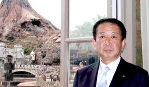 TDSのプロメテウス火山をバックに取材に応じるオリエンタルランド・吉田謙次新社長
