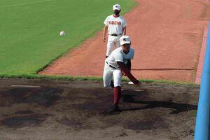 試合前にブルペンで投球練習をする高知の森木大智