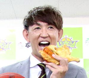 若鶏をほおばるレバンガ・折茂社長