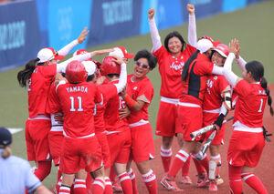 延長8回、タイブレークの末にメキシコにサヨナラ勝利し、抱き合って喜ぶ日本ナイン(カメラ・相川 和寛)