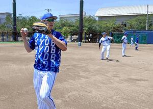 全体練習でキャッチボールをするDeNA・佐野恵太