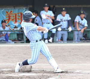 8回に左前打を放つ東海大静岡翔洋・小茂田