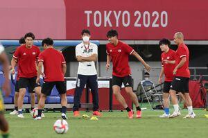 男子1次リーグ初戦 試合前、この日ベンチ外の冨安健洋(中央左は練習をつめる(カメラ・竜田 卓)