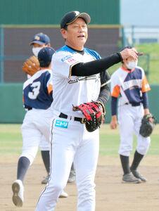 栗山町民球場での練習後、地元の中学生のシートノックで一塁に入った栗山英樹監督