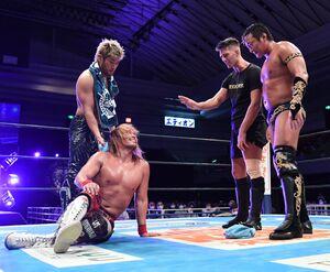 試合後、互いに挑発し合う(左から)SANADA、内藤哲也、ザック・セイバーJr.、タイチ(新日本プロレス提供)