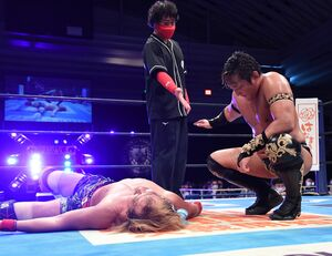内藤哲也とのスペシャルシングルマッチを制し、相撲風に勝ち名乗りを受けるタイチ(右=新日本プロレス提供)