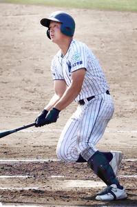 6回1死一、二塁、東大阪大柏原・野村が左翼へ適時二塁打を放つ