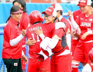 延長8回、タイブレークの末にメキシコにサヨナラ勝利し、山田〈11〉と抱き合って喜ぶ後藤(カメラ・相川 和寛)