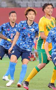 男子1次リーグ初戦 後半、セットプレーで反応する(左奧から吉田麻也、板倉滉、ヘディングは南アフリカのマクゴパ)