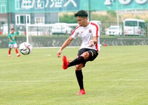 練習試合で左クロスを上げるJ1札幌MF檀崎竜孔