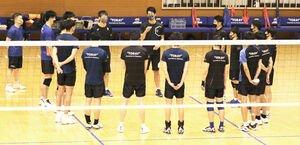 試合後、選手を集めて話す東レ・篠田監督(中央奥)