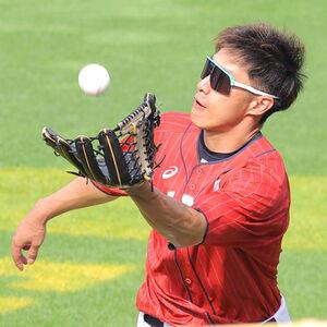 外野でボールを追う柳田悠岐