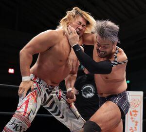 24日のシングル対決を前に熱い戦いを展開した棚橋弘至(左)とKENTA(新日本プロレス提供)
