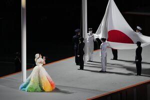 国旗掲揚で君が代を歌うMISIA(カメラ・矢口 亨)