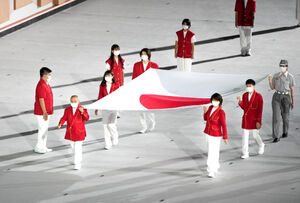 国旗を運ぶ三宅義信さん(前列左)、高橋尚子さん(同右)ら(カメラ・矢口 亨)
