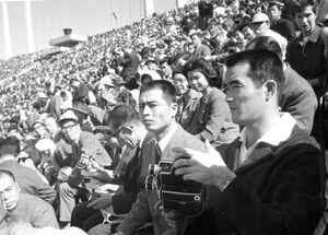 1964年東京五輪の開会式を見る巨人・長嶋茂雄と王貞治