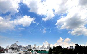 国立競技場上空に五輪マークを描く飛行に挑んだ航空自衛隊の「ブルーインパルス」