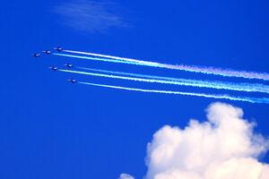 5色のカラースモークを出して都心上空を飛行するブルーインパルス