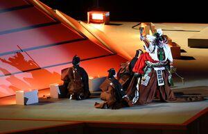 富士山をイメージした舞台に登場した市川海老蔵(ロイター)