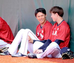 外野で会話する山本由伸(左)と森下暢仁