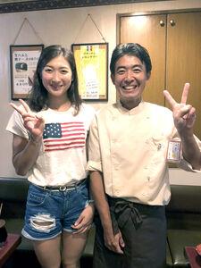 2018年7月、地元小岩の鉄板焼き店「みつばち」に来店した当時高校3年生の池江璃花子(左)と店主の古地稔さん