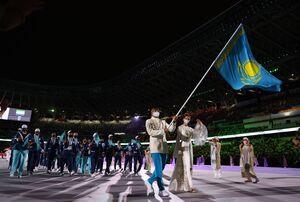 旗手を務めたオリガ・ルイパコワ選手(右)