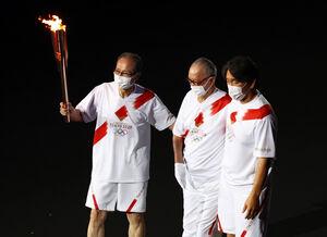 聖火を運ぶ(左から)ソフトバンク・王貞治球団会長、巨人・長嶋茂雄終身名誉監督、松井秀喜氏(ロイター)