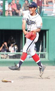 最後の打者を打ち取り、跳ねてガッツポーズをする帯広大谷・大友 (カメラ・西塚祐司)