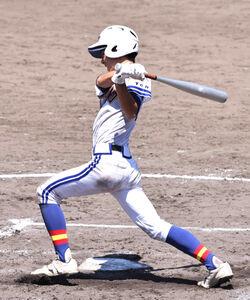 7回無死満塁から左前に同点打を放つ高田商・東口虎雅
