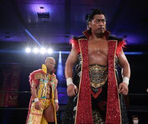 飯伏幸太の代役として本間朋晃(左)が出場したタッグマッチに快勝した鷹木信悟(新日本プロレス提供)