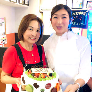 2018年9月。アジア大会後に「夕日鍋と焼肉のお店うえだ」を訪れた池江璃花子(右)と女将(おかみ)・植田敦子さん