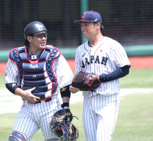 1回を終え、捕手の甲斐(左)と笑顔で話しながらベンチに戻る先発の山本(カメラ・関口 俊明)
