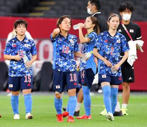敗れて険しい表情を見せる日本の選手たち