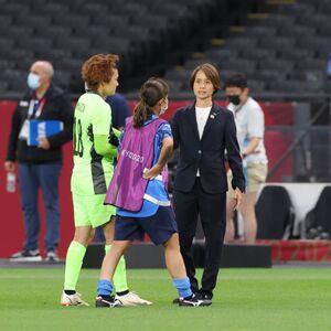 試合後、山下杏也加(左)と中島依美に言葉をかける高倉麻子監督