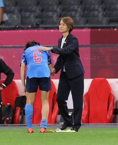 試合後、高倉麻子監督から声をかけられる杉田妃和