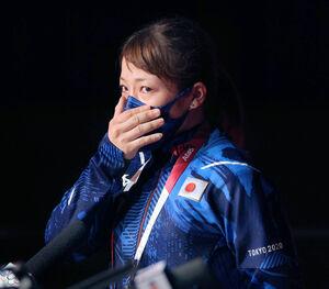 女子49キロ級の競技を終え、テレビのインタビューに答え目を潤ませた三宅宏実(カメラ・竜田 卓)