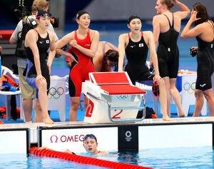 女子4×100m自由形 厳しい表情でタイムを見る(左から)酒井夏海、五十嵐千尋、池江璃花子(下は最終泳者の大本里佳)(カメラ・竜田 卓)