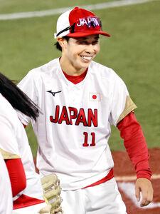 ベンチ前で笑みを浮かべる山田恵里
